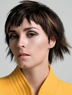 Medium Haircuts with Choppy Bangs - Asymmetry is the secret weapon of popular hair gurus to perk up a chic midi. These medium haircut ideas with choppy bangs will definitely help you create a signature and scene-stealing look.