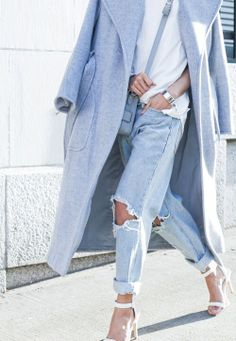 Flaunt your styling chops by marrying a light blue coat and light blue ripped boyfriend jeans for a casual combination. Why not complement this getup with white leather heeled sandals for an added touch of style? Looks Street Style, Looks Style, Looks Cool, Style Me, Girl Style, Vaqueros Boyfriend, Ripped Boyfriend Jeans, Ripped Jeans, Denim Jeans