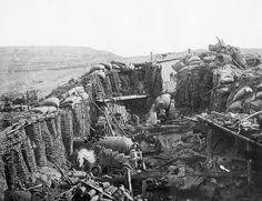 Wojnę krymską uznać należy za katalizator budowy pierwszych fortyfikacji Przemyśla. Austria czując się zagrożoną rosyjską ekspansją na Bałkanach zachowała wrogą neutralność. Choć nie poparła żadnej ze stron, to nie dopuściła do przejścia przez swoje ziemie rosyjskich armii. Tak więc chwilowe pogorszenie stosunków dyplomatycznych i groźba wciągnięcia do wojny, dały asumpt do wznoszenia pierwszych, ziemnych szańców, którymi wkrótce okolono Przemyśl.