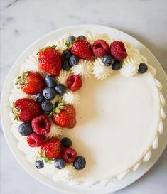 Most recent Free fruit cake decorating Tips - yummy cake recipes Chantilly Cake Recipe, Berry Chantilly Cake, Cake Decorating Techniques, Cake Decorating Tips, Whole Food Recipes, Cake Recipes, Dessert Recipes, Family Recipes, Mini Cakes