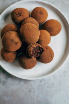 Raw Vegan Fudge Truffles | Well and Full | #raw #vegan #recipes