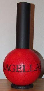 En dan is ineens ook surprise nummer 3 klaar. Een grote nagellak fles gemaakt van een styroporbal en karton. De tekst is gemaakt met de cri...