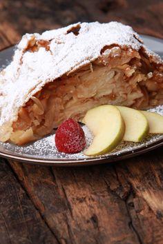 Strudelteig selbst zu machen, ist kein Hexenwerk, wenn man einmal weiß, worauf es ankommt! Und der Rest ist sowieso ganz einfach. Es gibt noch eine spezielle Wickeltechnik, die ist im Rezept genau erklärt... Los geht's, trauen Sie sich an Ihren selbstgemachten Strudel heran. Danach wird Apfelstrudel bestimmt öfter auf Ihrem Speiseplan stehen! Apple Pie, Ice Cream, Dishes, Desserts, Food, German, Rest, Sheet Cakes, Cake Ideas