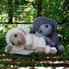 Nu kan du sticka ursöta Sille och Mulle! Stickade i Go handmades Teddy: 100% Polyester, 50 g/65 m och i Go handmades Vintage. Material: Brodergarn, Filt, Fyllnadsvadd, Plastgranulat, Ögon: 12 mm, Strumpstickor: 4,0 mm. #gohandmade #hobbiisille&mulle #hobbiiteddy #hobbiivintage Crotchet Patterns, Amigurumi Patterns, Knitting Patterns Free, Free Knitting, Free Pattern, Knit Or Crochet, Crochet Toys, Free Crochet, Labor