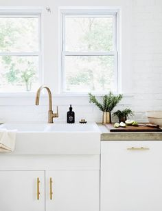 white kitchen, gold fixtures,