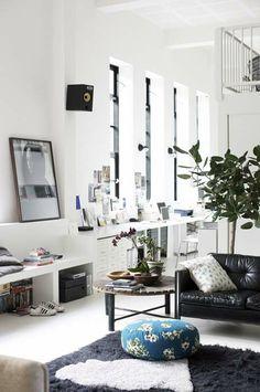 KARWEI   De woonkamer biedt veel licht, lucht en ruimte door de open ruimte en het rustige kleurgebruik #binnenkijker  #ideevankarwei  #karwei