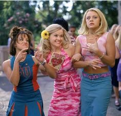 Elle Woods is one of Reese Witherspoon's most recognizable characters, and almost every girl has seen Legally Blonde. Why do we love Elle Woods so much? Elle Woods, La Revanche D'une Blonde, Vanity Fair, Costume Rose, Sorority Sisters, Sorority Girls, Sorority Rush, Sorority Life, Sorority Recruitment