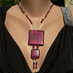 Un nouveau collier en pâte fimo, texturée avec de la dentelle avant la cuisson.    Plus d'infos : http://operlines.eu/polymere/creations-pate-fimo-pate-polymere/pendentif-et-collier-pate-fimo-pate-polymere/collier-dentelle-en-pate-fimo-rose-et-noire/