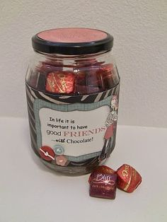 I created this sweet jar to place on the table when I hold my scrapbooking workshops. I feel that it makes the creative day complete. A bun. Chocolate Quotes, Chocolate Gifts, Diy Gifts, Great Gifts, Handmade Gifts, Dove Chocolate Discoveries, Sweet Jars, Gifted Kids, Inexpensive Gift