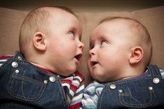 Praktische Accessoires für Zwillingseltern   Zwillinge gleichzeitig stillen? Tragen? Mit beiden entspannt im Schaukelstuhl sitzen und ein Buch lesen? Doch, das geht! Wir haben praktische Accessoires für Zwillingseltern gefunden, die den Alltag leichter machen. Schauen Sie mal!