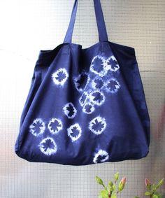 Un tuto pour vous apprendre à créer un sac fourre-tout Shibori ou Tie and Dye vous même. Un sac unique et personnalisé que pourrez arborer fièrement. DIY !