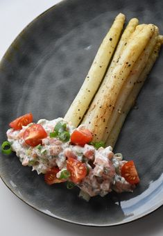 Asperges met zalmsalade – Dorienski's Cooking Chicken Bites, Mediterranean Dishes, Cooking Recipes, Healthy Recipes, Asparagus Recipe, Sweet And Spicy, Vegetable Recipes, Finger Foods, Food Porn