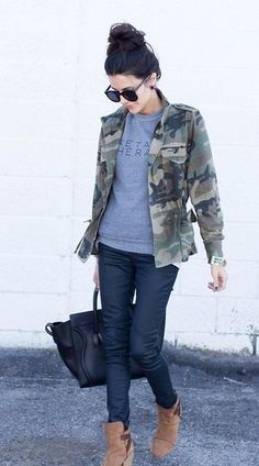 Dunkelgrüne Camouflage Militärjacke, Grauer bedruckter Pullover mit Rundhalsausschnitt, Dunkelblaue Jeans, Beige Wildleder Stiefeletten für Damen