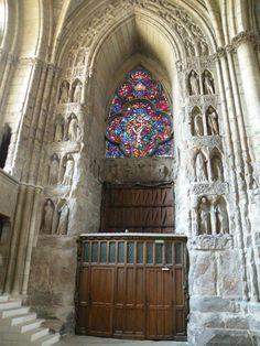vitrail de la façade ouest de la cathédrale de Reims Monuments, Saint Remi, Champagne, Gothic Architecture, Built Environment, Amazing Places, Wonders Of The World, Facade, Castle