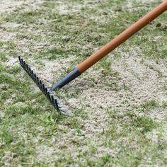 Sand auf dem Rasen ausbringen