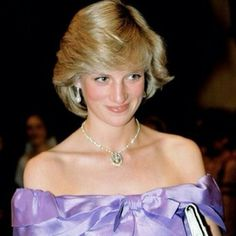 Diana, Princess of Wales attends the ballet 'Coppelia' during her official tour of New Zealand. Princesa Diana, Princesa Real, Princess Diana Fashion, Princess Diana Pictures, Lady Diana Spencer, Prince Of Wales, Shows, Glamour, Queen Elizabeth