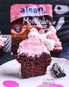 Cupcakes d'Halloween avec un os en meringue #recette #pâtisserie #halloween Dessert Halloween, Halloween Cupcakes, Meringue, Cupcakes D'halloween, Automobile, Ice Cream, Desserts, White Chocolate, Merengue