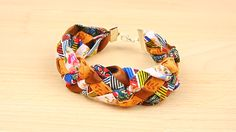 Peu importe la saison, ce bracelet coloré est un must-have ! Ce DIY s'adresse aussi bien aux débutantes qu'aux expertes, du moment que vous aimez les bijoux ! Moment, Band, Creative, Diy, Accessories, Fashion, Braided Bracelets, Bricolage, Bijoux