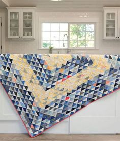gorgeous Triangle quilt, great for scrap quilting projects. #quilting #diy