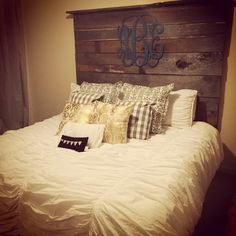 Barnwood Headboard - not as tall and more of a distressed grey color Headboard Designs, Home Projects, Bedroom Makeover, Barnwood Headboard, Home Decor, Bedroom Decor, Home Diy, Pallet Diy, Headboard
