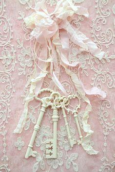 Riciclo di vecchie chiavi nello stile Shabby….. Le chiavi sono state sin dai tempi remoti sinonimo di potere, si riscontrano spesso negli stemmi e negli emblemi dei casati delle famiglie nobiliari, perfino nello stemma ecclesiastico del Vaticano…..oggi si sente dire spesso che il Sindaco di una determinata città, ha consegnato la chiave della città ad ... Leggi ancora