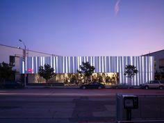 H&M Worldwide · Los Angeles/Seoul/Harajuka · Universal Design Studio · Photo © Takumi Ota, Edmund Sumner Shop Interior Design, Retail Design, Exterior Design, Retail Branding, Metal Facade, Amazing Buildings, Interiores Design, Photo Studio, Interior Architecture