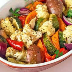 Con esta receta de verduras asadas preparas en un momento una guarnición de lujo para platos de carne o de pescado. Puedes usar verduras y aromas a tu gusto. Te damos algunas ideas.