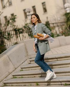 Tamara Falcó y su look más romántico con vaqueros de Zara y zapatillas de plataforma