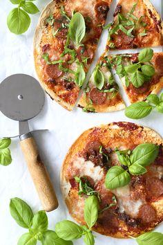 Tortilla Pizza med tomater og mozzarella - få lynhurtige tortillapizza opskrift