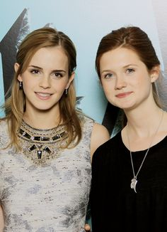 Emma Watson and Bonnie Wright Harry Potter Hermione, Ginny Weasley, Images Harry Potter, Harry And Ginny, Harry Potter Characters, Harry Potter World, Draco, Bonnie Wright, Hogwarts