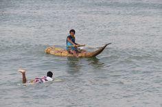"""Lo tradicional y lo moderno! Tradicional """"pesca en caballito de totora""""... Moderno """"tabla de surf. En la playa de Huanchaco encontrarás esta mistura! :D"""
