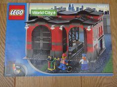 Trains 9V - 10027 - Train Engine Shed  Lego Trein Remise - 10027 nieuwstaat. 664 blokje 2 minifiguren Uitgebracht in 2003 Gelimiteerde uitgave behoorde tot de Lego Exclusives zeer moeilijk te verkrijgen in deze uitmuntende staat. Deze set is de enige trein remise ooit uitgebracht door Lego. Volgens kenners één van de meest gedetailleerde en originele trein gebouwen ooit ontworpen dor Lego. Aangekocht in 2003 doos geopend maar nooit opgebouwd. originele Lego fabriekzakjes zijn ongeopend. Deze…