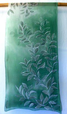 Verde Seta Sciarpa floreale dipinti a mano. di SilkScarvesTakuyo