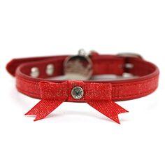 TimskuRusetti punainen 25-33cm Suloinen glitter pintainen kaulapanta, Keinonahkaa. Keskellä timantilla koristettu rusetti.  Kaulapannan säätö 25-33 cm. Leveys n. 1 cm. - See more at: http://somemore.fi/tuotteet.html?id=8/487#sthash.6SevJsEx.dpuf