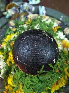 Shree Sundareshwara Lingam of Vijayapura (Bijapur) in Karnataka, India. This is one of the few ancient and very rare Shree Chakrankitha Lingams. Shiva Tandav, Shiva Parvati Images, Lord Ganesha Paintings, Lord Shiva Painting, Saraswati Goddess, Lord Hanuman Wallpapers, Lord Shiva Statue, Lord Shiva Hd Images, Lord Mahadev