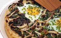 Grov deep-pan pizza med spejlæg Saftige pizzaer med gode kontraster mellem den hotte ost og de milde svampe og æg.