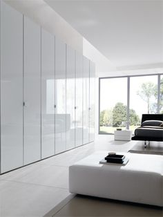 Hinged door wardrobe in glass | Combi System cabinet with doors and handles in glossy white glass, aluminum frame, gloss finishing.