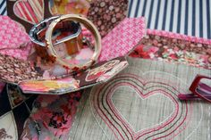 Fabric Bag Hobo DIY ~ DIY Tutorial Ideas! Diy Pouch Tutorial, Cosmetic Bag Tutorial, Pencil Case Tutorial, Coin Purse Tutorial, Cushion Tutorial, Hexagon Patchwork, Patchwork Tutorial, Patchwork Cushion, Patchwork Bags
