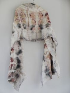 Beautiful scarves by Claire Cawte via Kickcan Conkers: Fashion Friday. I am such a fan of eco-dyeing! Shibori, Textiles, India Flint, Textile Dyeing, Batik, Nuno Felting, Fabric Manipulation, How To Dye Fabric, Print Patterns