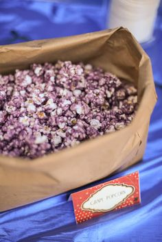 Recipe for making the BEST colored popcorn using Kool-aid. Itt's like a fruit flavored version of caramel corn. Kool Aid Popcorn Recipe, Flavored Popcorn, Purple Popcorn Recipe, Butter Popcorn, Popcorn Snacks, Popcorn Recipes, Popcorn Balls, Candy Recipes, Coraline
