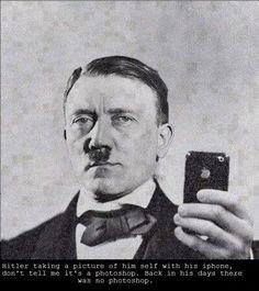 Hitler tomándose una foto en el baño con su IPhone... juas juas juas