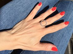 Fierce coral red nails with Essie Sizzling Hot #beautyblog #nails #uñas #rednailart #essie #essiegelcouture
