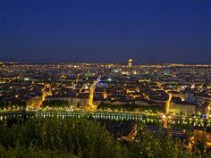 Lyon Coger el funicular más viejo del mundo para subir a la colina de Fourvière y disfrutar de una vista panorámica de Lyon.