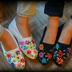 alpargatas bordadas a mano - Buscar con Google Painted Sneakers, Hand Painted Shoes, Embroidery Stitches, Hand Embroidery, Diy Fashion, Fashion Shoes, Mexican Fashion, Mexican Embroidery, Mexican Dresses