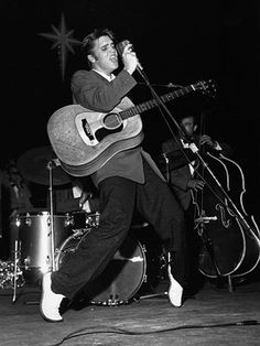 Elvis Presley died 40 years ago today, August 1977 in Memphis, TN. The 'King of Rock and Roll' was only 42 years old. He is pictured here performing on stage and on his toes at the Olympia. Rock And Roll, Rock N Roll Music, Elvis Presley Live, Elvis Presley Photos, Johnny Rotten, Pictures Of Rocks, Rare Pictures, Famous Pictures, Stock Pictures