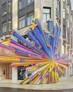 LOUIS VUITTON Official international Website - Visit newly renovated New Bond Street store in London. White Louis Vuitton, Louis Vuitton Artsy, Louis Vuitton Store, Art Public, Mundo Fashion, Asymmetrical Design, Environmental Graphics, Bond Street, Retail Design