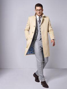 Dieser Cover Coat von DOLZER bringt Sie stilsicher durch den Winter. Dieser zeitlose Herrenmantel ist der Silhouette des Saccos nachempfunden. Auch in den Details, wie der Leistentasche an der Brust, dem Revers und der optionalen Billetttasche, gibt es Parallelen zum Sacco.