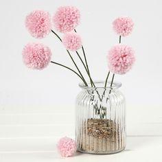 Pompomeista valmistettuja kestäviä kukkasia