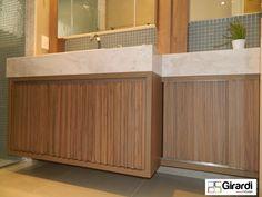 Banheiro com detlahes sarrafeados, muito moderno em mdf amadeirado! O mármore claro contrasta com a madeira, um arraso! Lindo e super moderno!