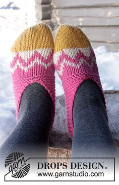 """DROPS Easter: Knitted DROPS slippers with Nordic pattern worked from toe up in """"Nepal"""". Size 35 - 42 Free pattern by DROPS Design. Knitting Videos, Knitting Charts, Knitting Patterns Free, Free Knitting, Knitting Socks, Free Pattern, Crochet Patterns, Knitted Slippers, Crochet Slippers"""